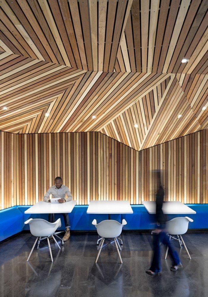 连续的木条几何造型增添了室内的韵律感
