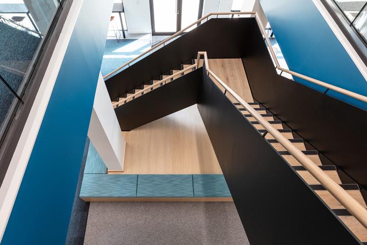 木色黑蓝 旅游运营商G2 Travel伦敦办公设计欣赏