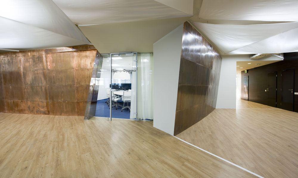 项目设计: Za Bor Architects  Arseniy Borisenko and Peter Zaytsev 项目地址:乌克兰 敖德萨 建筑面积: 1,760 平方米 项目时间: 2012年 摄影: Peter Zaytsev  Yandex是俄罗斯著名的门户网站,其发展迅速在世界各地设立办事处。室内设计由长期合作的莫斯科za bor architects 负责。本案例是Yandex在乌克兰敖德萨的办事处,位于Morskoy-2商业中心的八楼,占地1,760平方米。定制的122个员工工位环