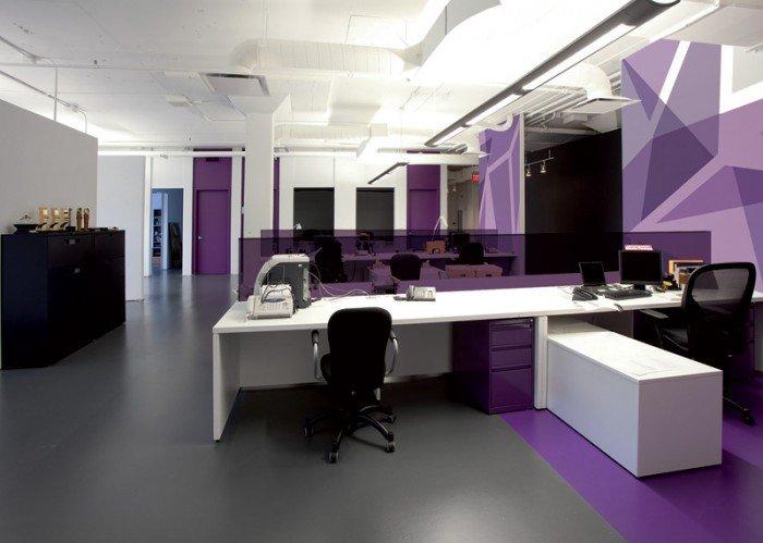 紫色,有着古老而悠久的历史,其美丽的色彩取自海螺,在欧美,紫色历来是皇家与财富的象征。这么古老而又魅惑的紫色与现代的办公室叠加在一起,会呈现出怎样的视觉魅力呢?就让我们一起来欣赏一下吧!     更多图片: