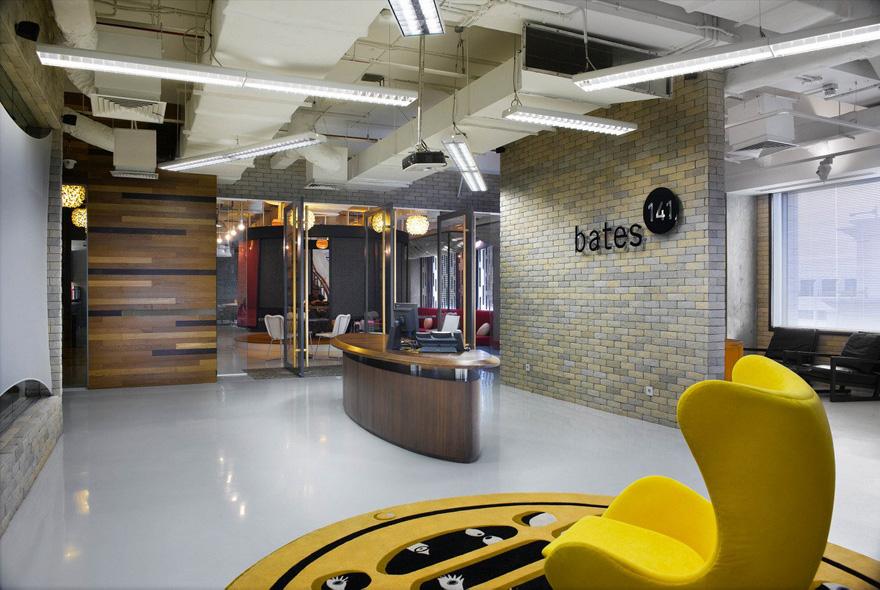 项目地点:印尼 雅加达 项目时间:2012年 项目类别:广告创意公司,室内设计 设计关键词:开放、灵活的空间布局、现代工业风、白色环氧树脂地面   广告创意公司达彼思(Bates 141)位于雅加达的办公室由穆氏设计。Bates(达彼思)与Ogilvy & Mather(奥美集团)同属姐妹公司,因此坐落于同一幢大厦内,并共享一部分休闲区域。  Bates 141是全球著名的广告创意公司,因为经常有客户到访,所以办公室的设计必须要传递出Bates 的品牌形象,而且需要一些小型、私密的空间用于会见客户